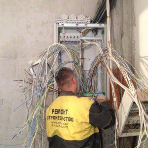 Идет расключение вводного электрощита в коттедже