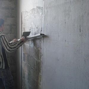 Начали штукатурить стены