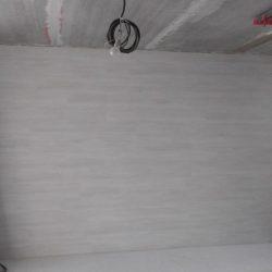 Гостиная и лестница в таунхаусе ламинат на стене